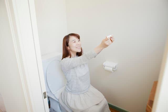 妊娠検査薬をみる女性