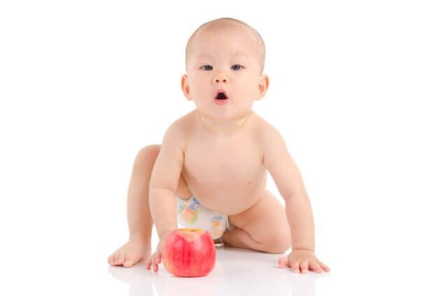 リンゴをもつ赤ちゃん
