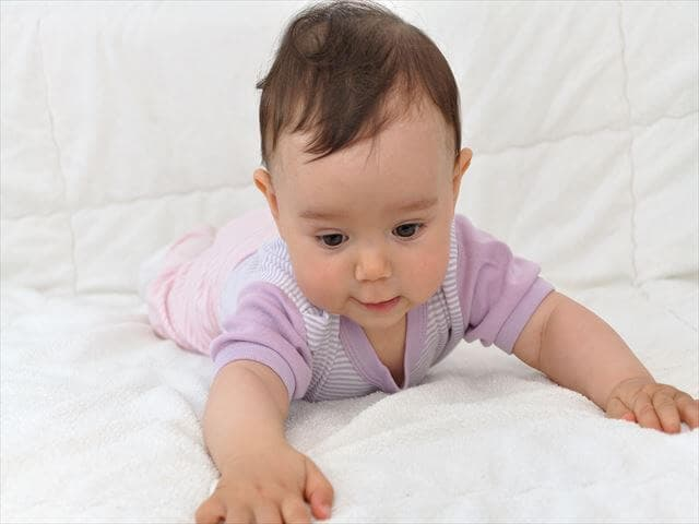 首をそる赤ちゃん