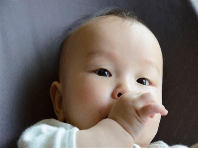 指をくわえる赤ちゃん
