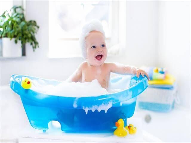 一人でお風呂に入る赤ちゃん