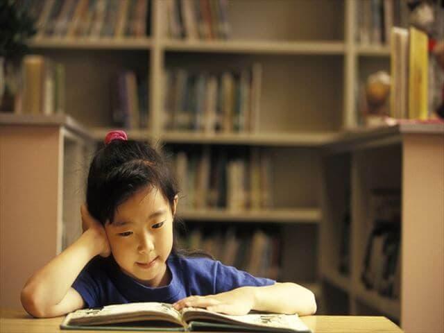 図書館を利用する男の子