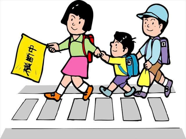 横断歩道を渡る子ども