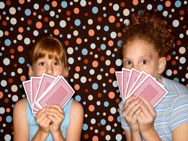 カードゲームをする子ども