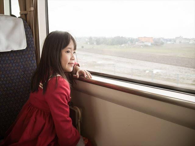 電車にのる子ども