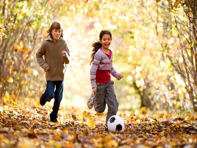 公園でサッカーをする子ども
