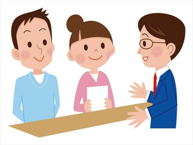 役所で出生届を申請する夫婦