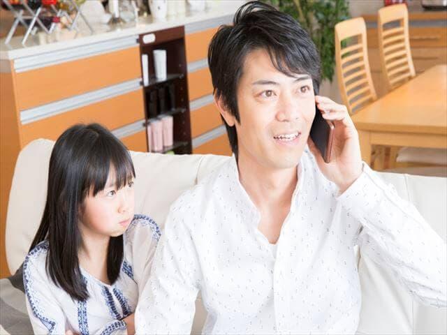 電話で話すパパ