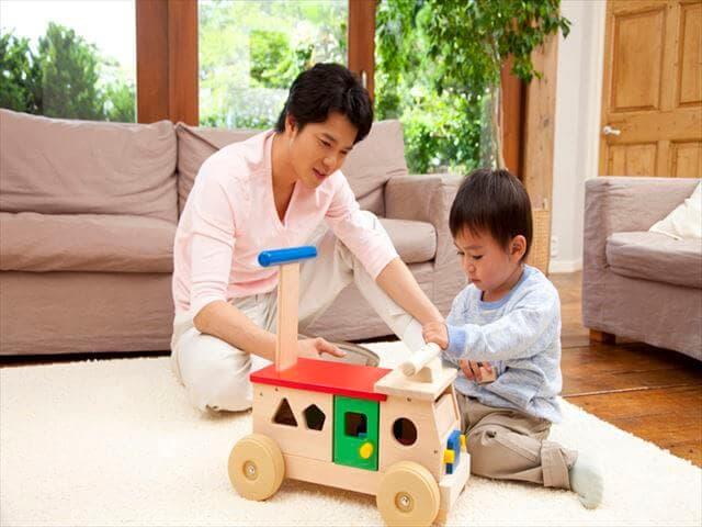 家で子どもと遊ぶパパ