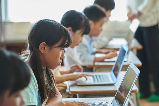 教室でパソコン