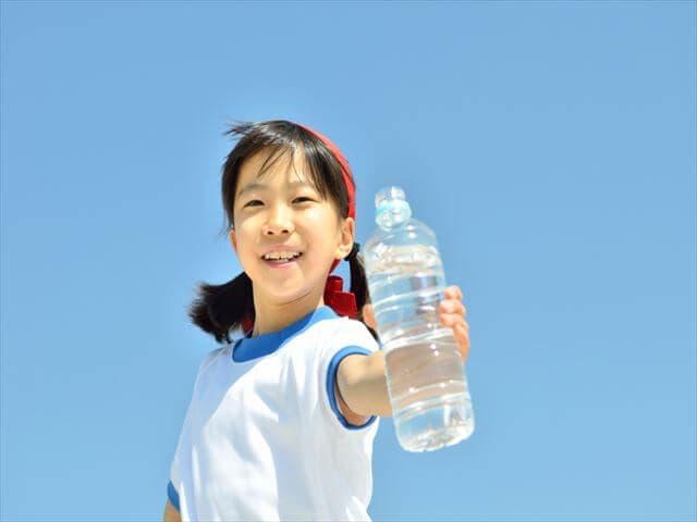 ペットボトルをもつ女の子