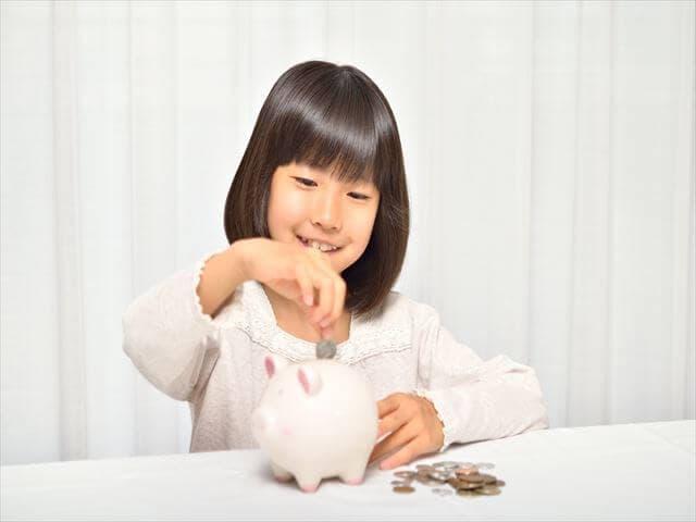 お子図解を貯金する女の子