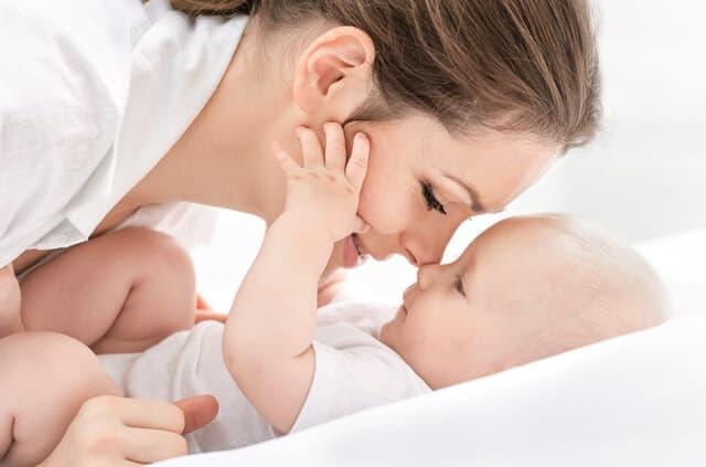 ママと赤ちゃんの微笑ましい写真