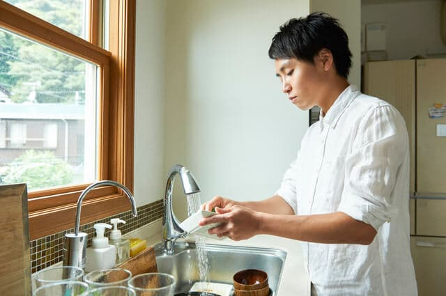 皿を洗う夫