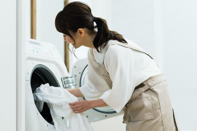 洗濯する母