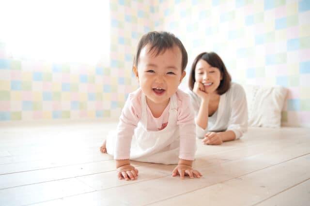 部屋で遊ぶ赤ちゃん