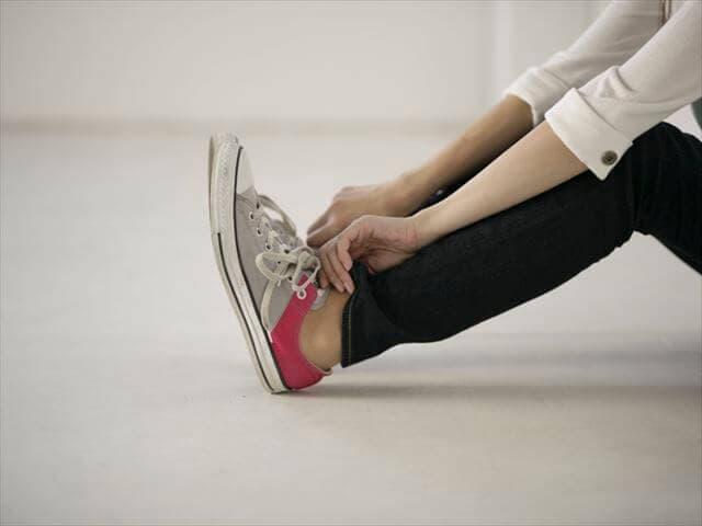 スニーカーを履く妊婦