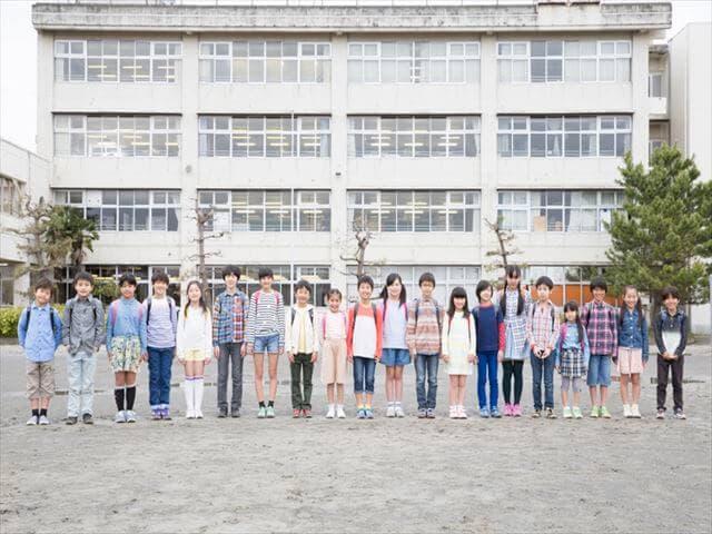 一列に並ぶ小学生