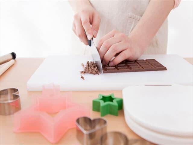 チョコレートを刻むママ