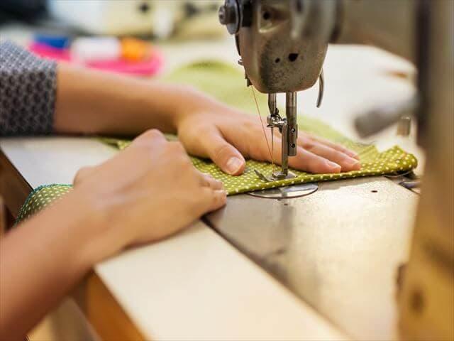 ミシンで通園バッグを作る女性