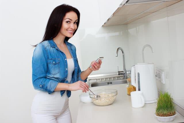 グラノーラを作る女性