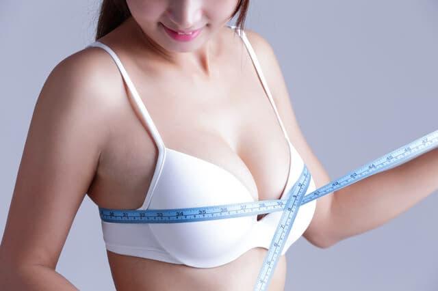 胸の大きさを測る女性