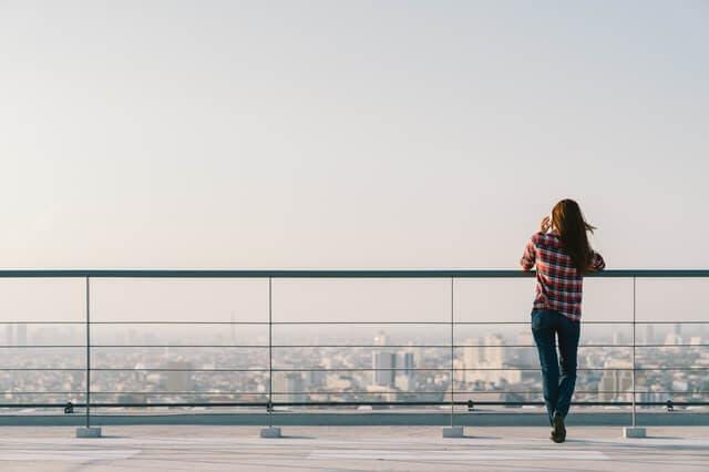 屋上に一人で立つ女性