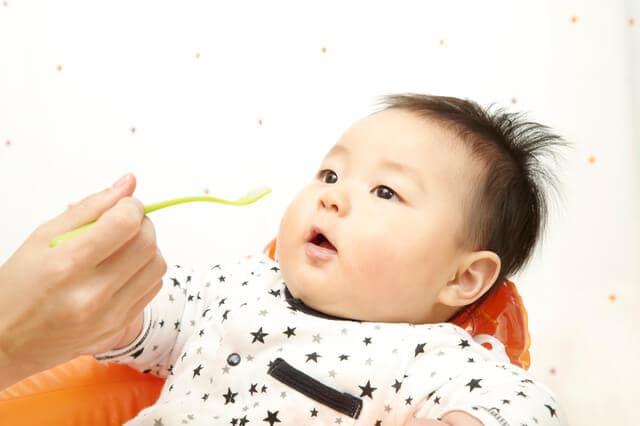 離乳食を嫌がる7カ月の赤ちゃん