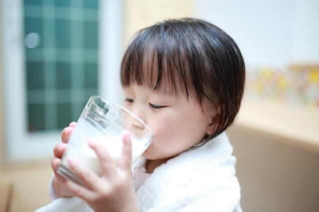 牛乳を飲む幼児