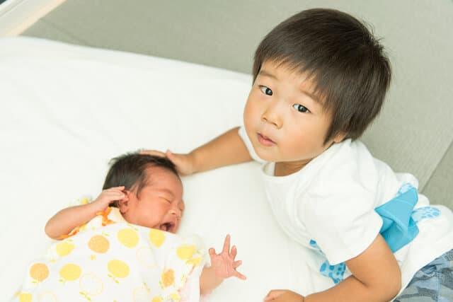 赤ちゃんと兄