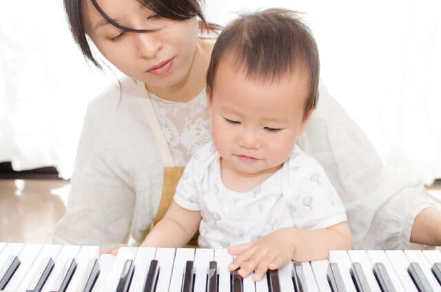 ピアノで遊ぶ赤ちゃん