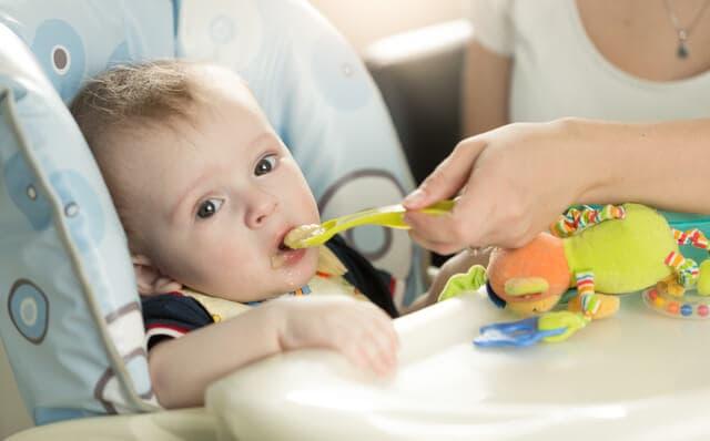 食事する赤ちゃん