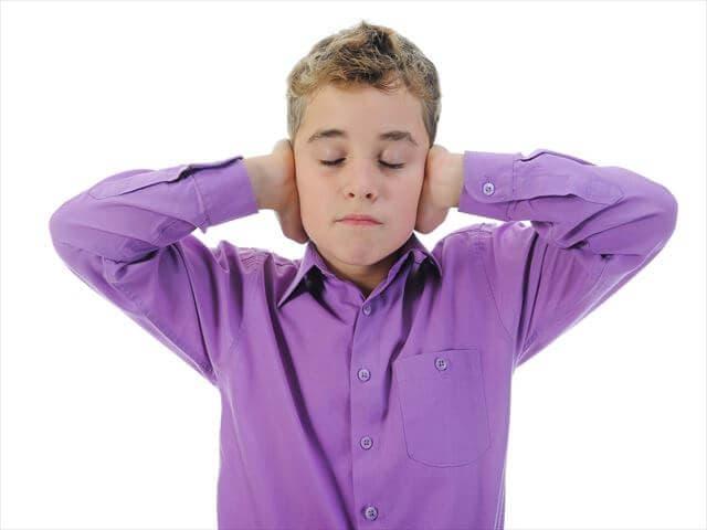 耳をふさぐ男の子
