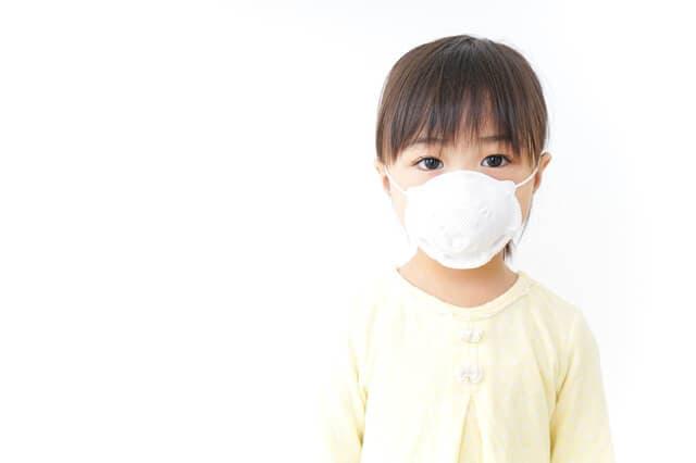 マスクをつけて感染を防ぐ子ども