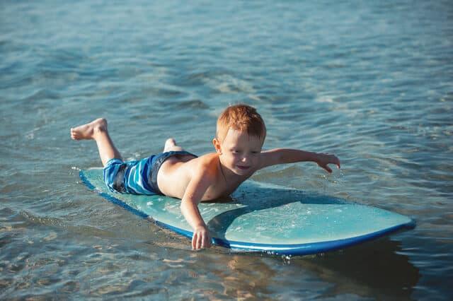 サーフィンをする子ども
