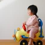 はじめての乗り物おもちゃはどっちがいいの?足蹴りと電動のメリットとデメリット