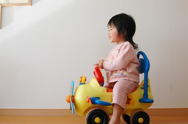 はじめての乗り物おもちゃはどっちがいいの?足蹴りと電動の ...