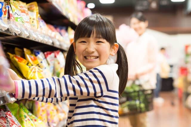 お菓子売り場の女の子
