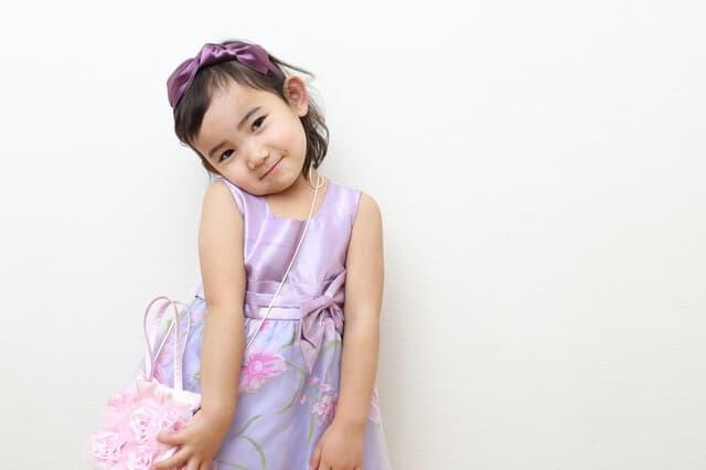 ドレスを着て照れる女の子
