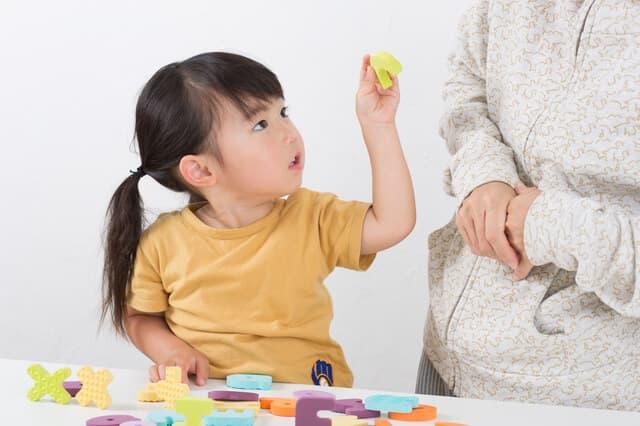 パズルをする幼児