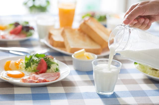 朝食の牛乳
