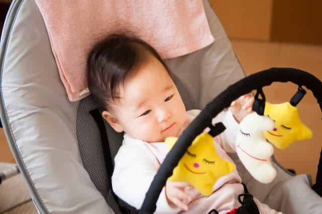 バウンサーに乗る赤ちゃん
