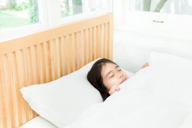 一人寝する小学生