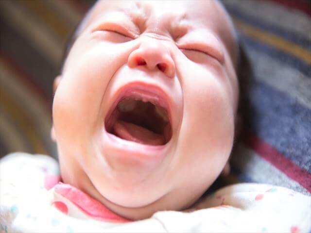 黄昏なきをする赤ちゃん
