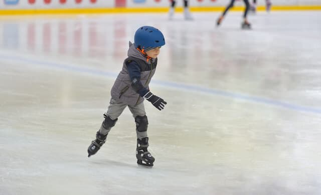 スケート練習する男子