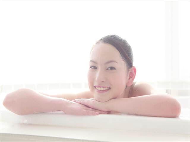 酵素風呂につかる女性