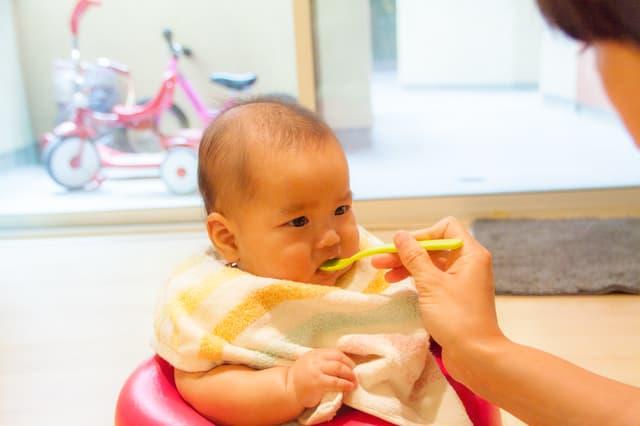 タオルをエプロンにする赤ちゃん