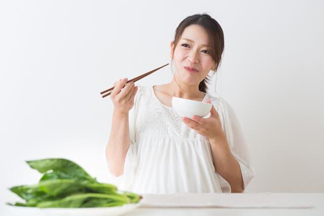 食事する妊婦