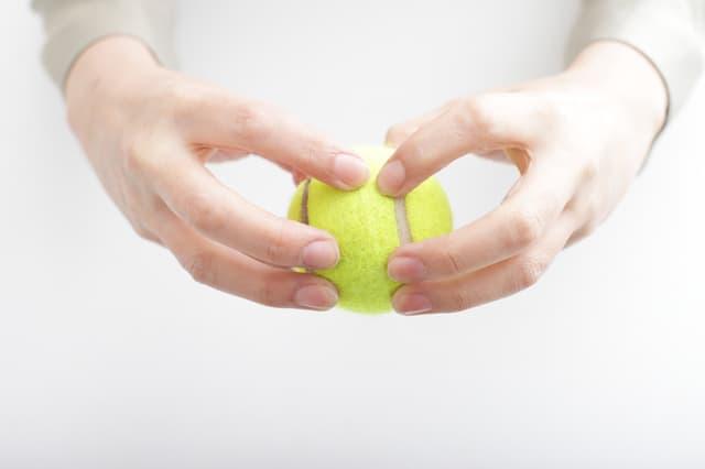 テニスボールを持つ
