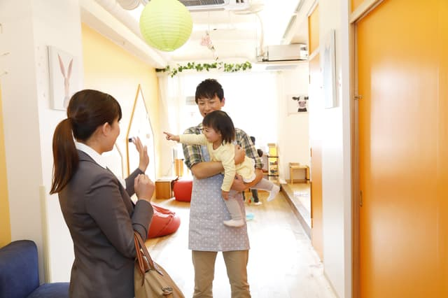 保育園のお母さんと子ども